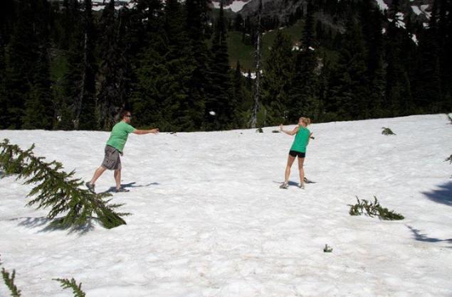 GetKnit Events Guru, Jess, Having a snowball fight in MN in a t-shirt